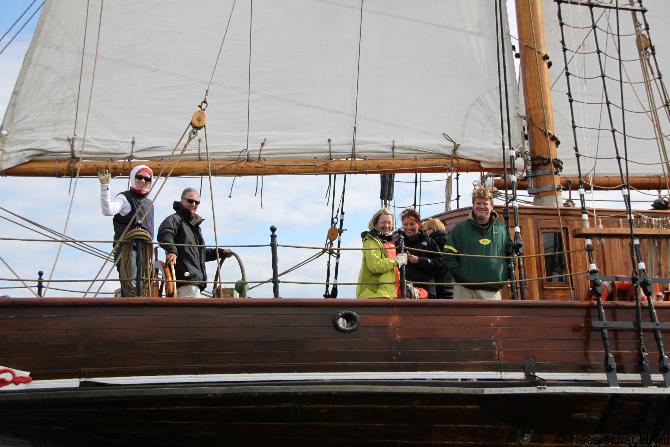 fröhliche Menschen auf Schiff